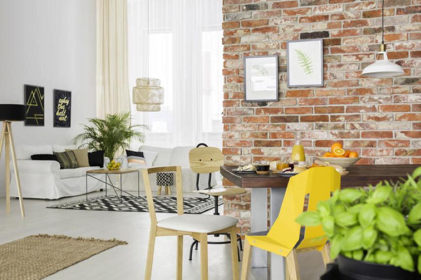 sala de estar com parede de tijolos